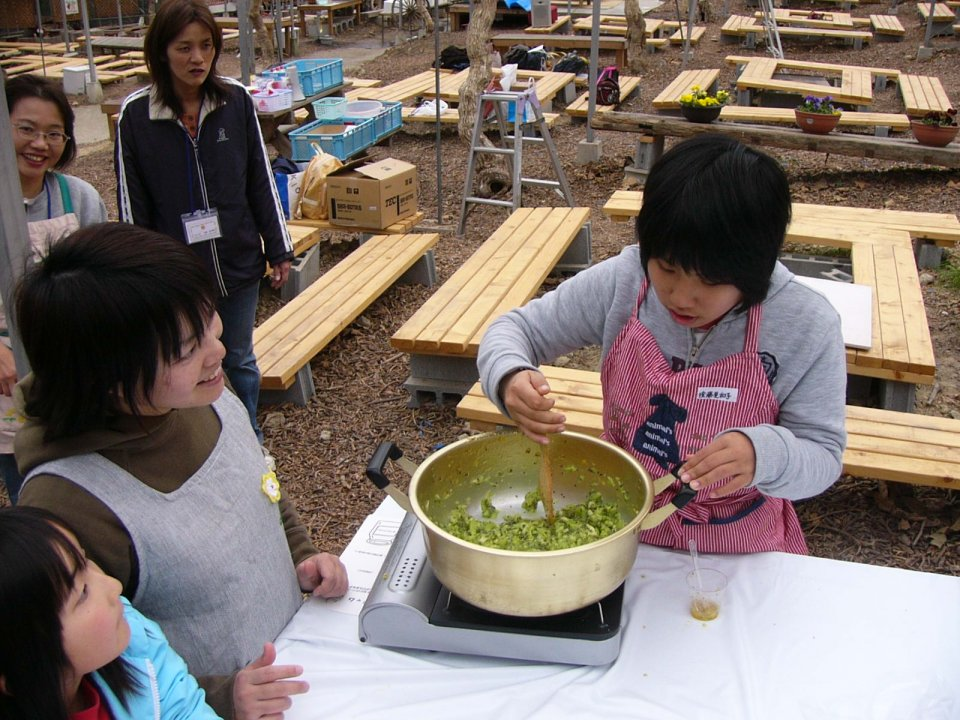 'Kiwi jam making'Image 1